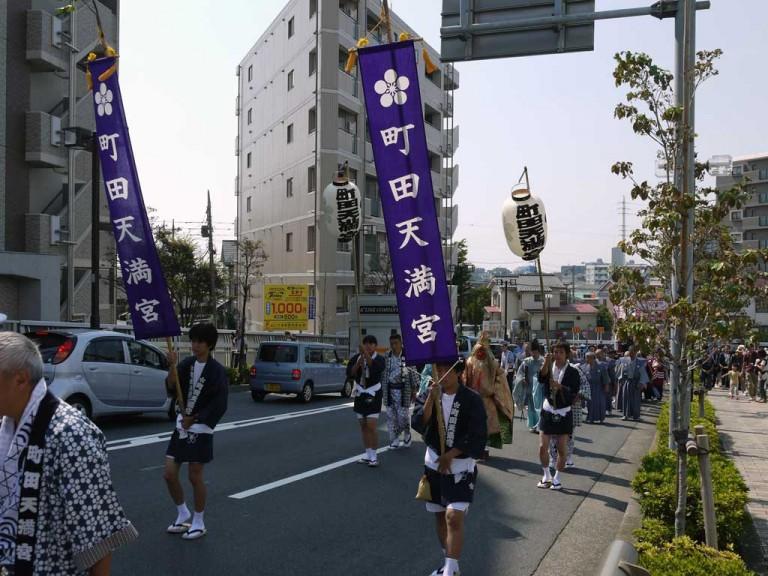 JR横浜線陸橋付近での祭礼行列