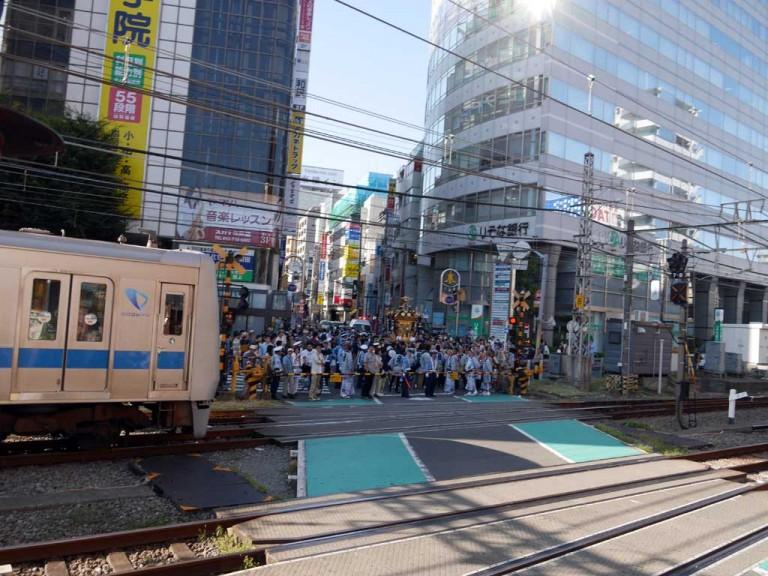 小田急線の踏切を待つ宮神輿